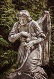 Standbeeld op graf in de oude begraafplaats Stock Foto