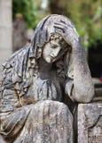 Standbeeld op graf in de oude begraafplaats stock fotografie