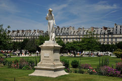 Standbeeld op het gazon in jardin des tuileries Stock Foto's