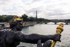 Standbeeld op Pont Alexander III, Parijs, Frankrijk Stock Foto