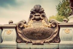 Standbeeld op Pont Alexandre III brug in Parijs, Frankrijk De rivier van de zegen en de Toren van Eiffel royalty-vrije stock foto