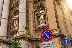 Standbeeld op voorgevel van Kathedraalkerk van Palermo Klassieke Europese architectuur royalty-vrije stock foto