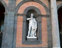 Standbeeld op voorgevel van Royal Palace Napels royalty-vrije stock fotografie