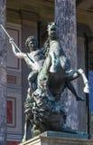 Standbeeld vóór een oud museum, Berlijn Stock Foto