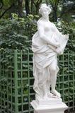 Standbeeld van allegorie van genade in een de zomertuin Stock Afbeeldingen