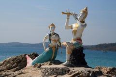 Standbeeld van Aphai Mani en meermin stock afbeeldingen