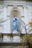 Standbeeld van blauw Madonna met gekruiste wapens Royalty-vrije Stock Afbeeldingen