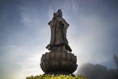 Standbeeld van Bodhisattva op Fansipan-bergpiek de hoogste berg in Indochina-blauwe hemel en de wolk van de Achtergrond de Mooie  stock foto's