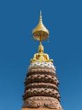 Standbeeld van Boedha met blauwe hemel Royalty-vrije Stock Foto's