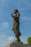 Standbeeld van Boedha onder blauwe hemel Royalty-vrije Stock Fotografie