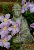 Standbeeld van Boedha op een tuinmuur Royalty-vrije Stock Afbeeldingen