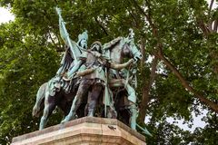 Standbeeld van Charlemagne dichtbij Notre Dame Cathedral, Frankrijk stock foto's