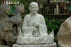 Standbeeld van Chinese die priester van wit marmer wordt gesneden royalty-vrije stock afbeeldingen