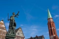 Standbeeld van Dame Justice in Frankfurt royalty-vrije stock foto's