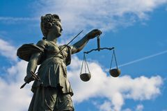 Standbeeld van Dame Justice in Frankfurt Royalty-vrije Stock Fotografie