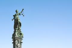 Standbeeld van Dame Justice met schalen Stock Fotografie