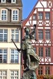 Standbeeld van Dame Justice vooraan royalty-vrije stock foto's