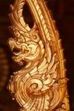 Standbeeld van de close-up het gouden draak in Thaise tempel, bronsherinnering het bewerken product op donkere achtergronden Royalty-vrije Stock Afbeelding