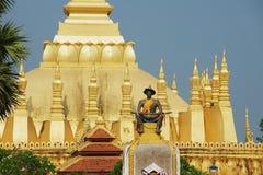 Standbeeld van de Koning Chao Anouvong met Pha die Luang-stupa bij de achtergrond in Vientiane, Laos Royalty-vrije Stock Fotografie