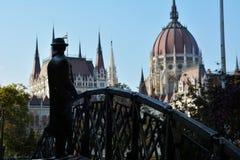 Standbeeld van de man die de bouw van het parlement in Boedapest bekijken Royalty-vrije Stock Afbeelding