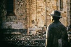 Standbeeld van de mens met hoed die Sant Cugat del Valles Monas waarnemen Royalty-vrije Stock Foto