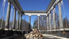Standbeeld van de nimf Aganippe in de museum-Reserve Peterhof van de Staat stock footage