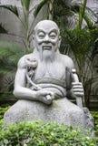 Standbeeld van de oude Chinese mens in tuin, Hongkong stock afbeeldingen