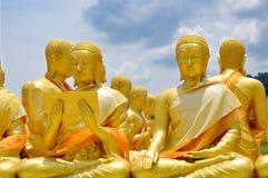 Standbeeld van de Priester van Heilige in Boeddhisme met Heldere Hemelachtergrond Stock Foto's