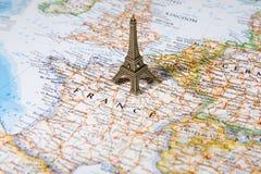 Standbeeld van de Toren van Eiffel op een kaart Stock Foto's