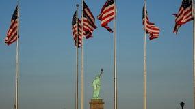 Standbeeld van de Vlaggen van Liberty And de V.S. royalty-vrije stock afbeeldingen