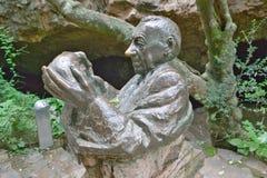 Standbeeld van Dr. Robert Broom die 2 bekijken 8 miljoen éénjarigenschedel van Mevr. Ples bij de Wieg van Mensdom, een Plaats van stock afbeeldingen