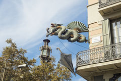 Standbeeld van draak bij `-Huis van Paraplu's` Huis Bruno Cuadros in Las Ramblas in Barcelona, Catalonië, Spanje wordt gevestigd  Stock Afbeeldingen