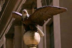 Standbeeld van een adelaar op de achtergrond van de de bouw symboliserende macht royalty-vrije stock afbeelding