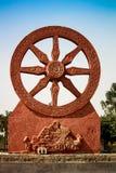Standbeeld van een blokkenwagenwiel met aardige blauwe hemelachtergrond Royalty-vrije Stock Afbeelding