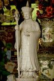 Standbeeld van een Chinese priester Carved van wit marmer stock foto