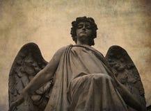 Standbeeld van een engel die neer eruit ziet stock foto's
