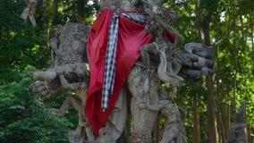 Standbeeld van een god die met apen in het Sangeh-aapbos bestrijden, op het Eiland van Bali, Indonesië stock videobeelden