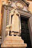 Standbeeld van een heilige met een hond dichtbij de Katholieke Kathedraal in de hoofdstad van Malta, Valletta royalty-vrije stock afbeelding