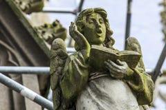 Standbeeld van een het zingen engel royalty-vrije stock afbeelding