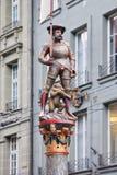 Standbeeld van een historisch cijfer in oude stad van Bern, Zwitserland Stock Fotografie