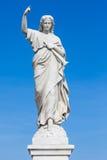 Standbeeld van een jonge vrouw die een vinger opheffen als oordeelteken Royalty-vrije Stock Afbeeldingen