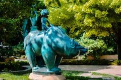 Standbeeld van een jongen die een beer in Frederik Meijer Gardens berijden royalty-vrije stock afbeeldingen