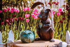 Standbeeld van een konijn en een kool in de tuin van de kinderen in Frederik Meijer Gardens stock afbeeldingen