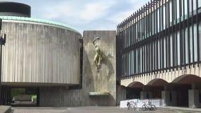 Standbeeld van een mens die van de muur hangen stock footage