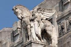Standbeeld van een mens die een gevleugeld paard op het belangrijkste station van Milaan houden Royalty-vrije Stock Afbeeldingen