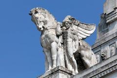 Standbeeld van een mens die een gevleugeld paard op het belangrijkste station van Milaan houden Stock Fotografie