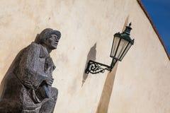 Standbeeld van een mens het spelen gitaar bij het Paleis van Praag royalty-vrije stock afbeelding