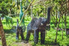 Standbeeld van een olifant van gerecycleerde medische die flessen wordt gemaakt stock foto