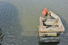 Standbeeld van een rode vrouwenzitting op een ponton Royalty-vrije Stock Afbeelding