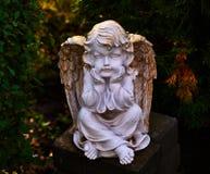 Standbeeld van een vreedzaam engelenkind in het tuinclose-up Steencherubijn royalty-vrije stock foto's